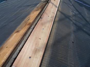 撤去時に貫板の腐食を発見したため、棟包みを解体して一部取り替えをサービスでさせていただきました。