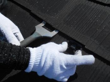 スレート瓦塗装時につきまとう雨漏りの不安は、塗装前に縁切りを行うことで取り払います。