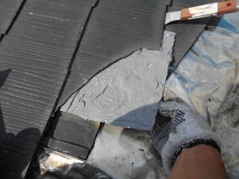 既存スレート瓦はところどころで破損しておりましたので、一箇所一箇所ていねいに補修を行います。
