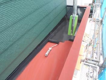 庇などの鉄部は特にサビが発生しやすい箇所なので、ケレンによる下地調整のあと赤いサビ止めを塗布し、塗装を行います。