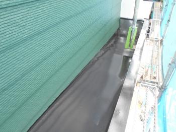 鮮やかな緑色の外壁にマッチするスタイリッシュな黒のカラーが全体の印象を引き締めます。