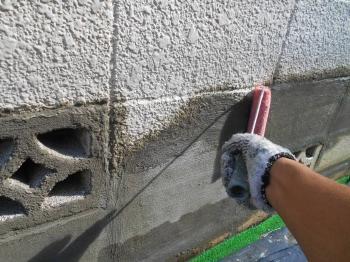 仕上げにブロック塀の塗装に移っていきます。