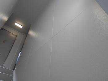真っ白で清潔感溢れる壁面にリフォームされました。