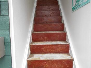 特に酷い劣化状況だった階段部分の施工に移っていきます。