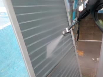 雨戸は一枚一枚外して、ていねいに溝にたまった汚れを落としていきます。