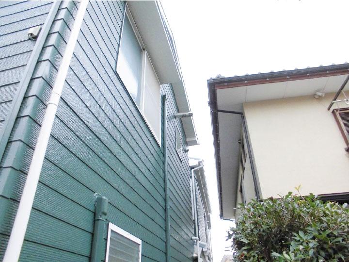 外壁のグリーンに付帯部の清潔感あるホワイト色が映える素敵な外観にリフォームされました。