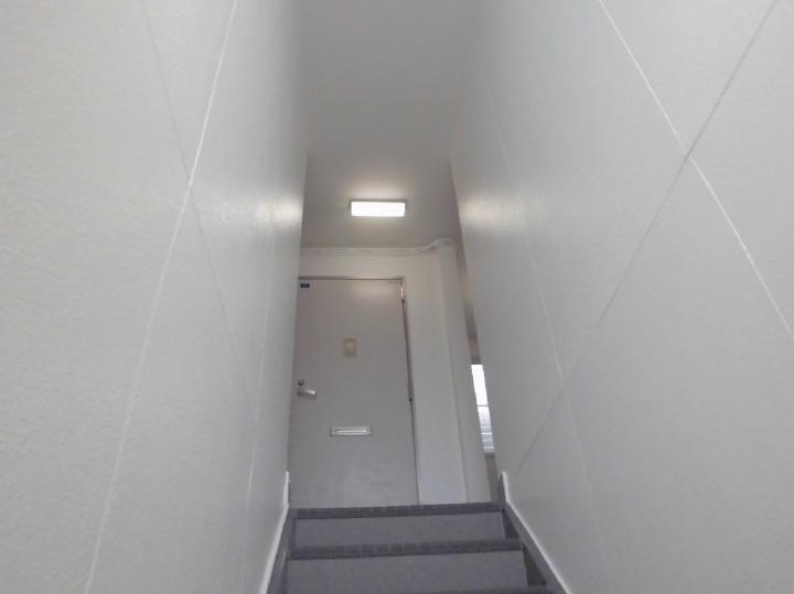 アパート共用部は見違えるほどきれいで清潔感溢れる印象になりました。思わず歩くのが嬉しくなるような真っ白な仕上がりです。