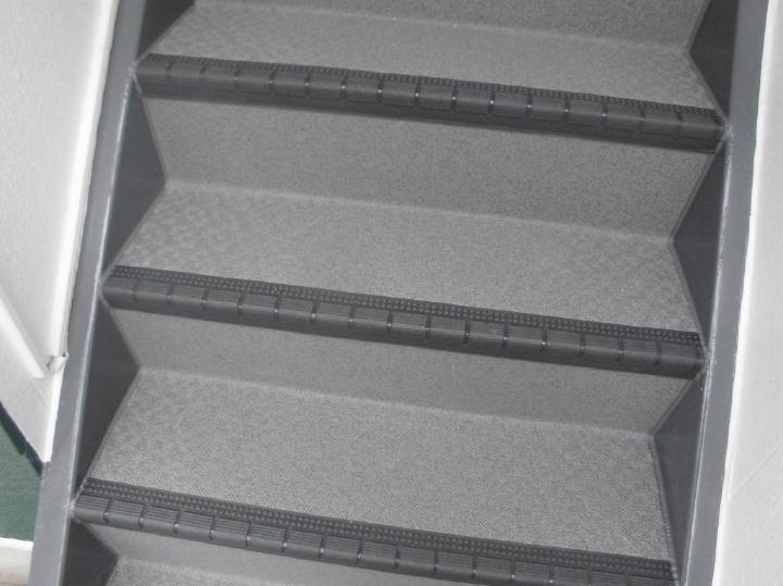 劣化状況の酷かった階段は防滑効果が高い塩ビシート貼りへリフォーム、居住者皆さまが安心してお使いいただけるアパートへリフォームが完了しました。N様、この度はご依頼をいただきましてありがとうございました。