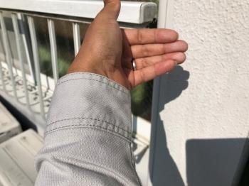 外壁を触ってみると、うっすらと手に白い粉が付着するチョーキング現象が起きていました。