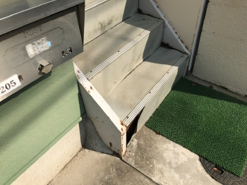 アパート共用部の階段は破損している箇所もあります。誤って足を踏み外す可能性もあり、大変危険な状態です。