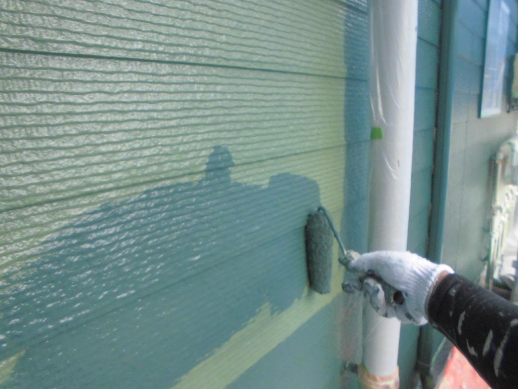 塗り残しがないかの判断がしやすいよう、色味を変えての下塗り工程です。