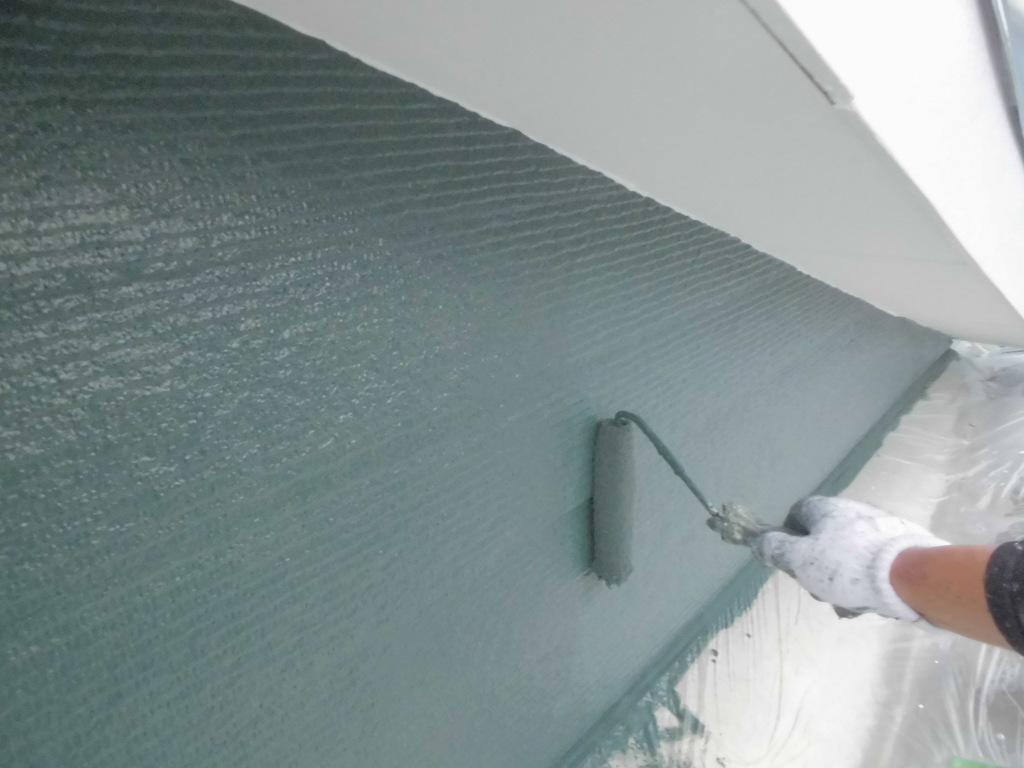 軒天付近もぬかりなく、隅々までていねいに塗り替えていきます。