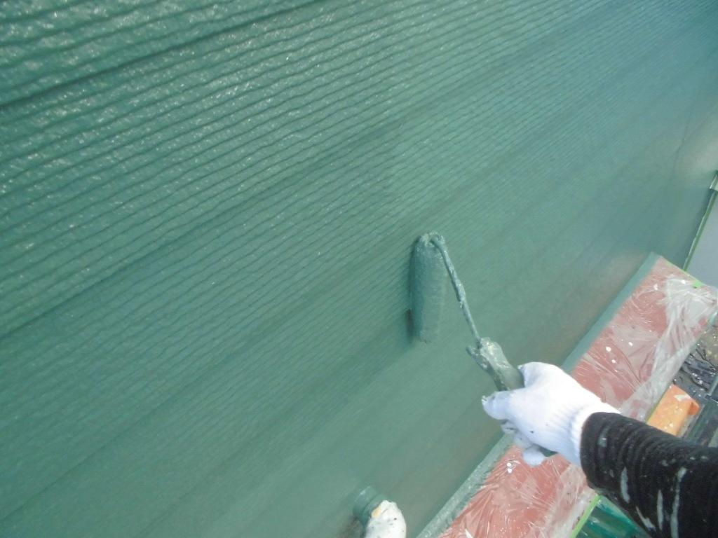 仕上げの上塗りです。外壁もていねいな3回塗りの工程を踏むことで、新築のような仕上がりとなります。