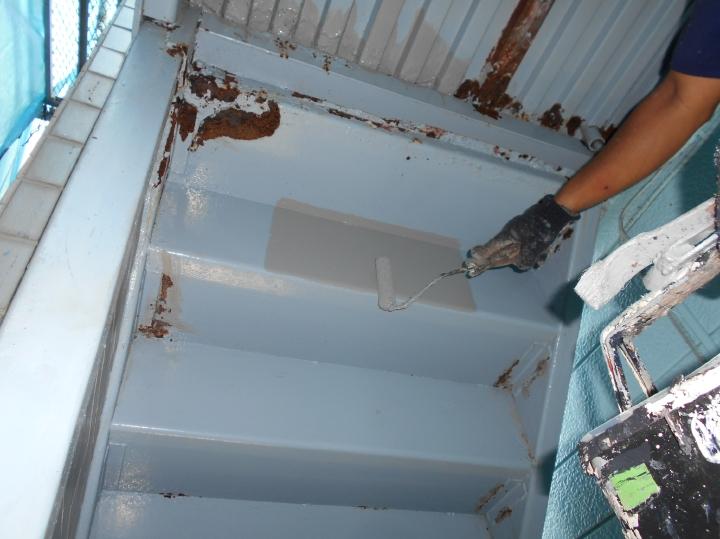 腐食により雨水が浸水して鉄骨に傷みがあった部分は補修をしたうえで塗装を行います。