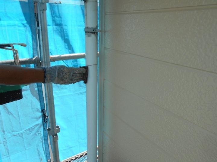 雨樋も、外壁屋根と同様にケレン掛けを行ったうえで塗装を進めます。