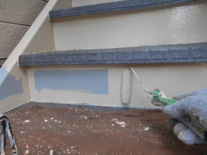 階段部分は劣化がしやすい箇所ですので、特に念入りに補修をしたうえで塗装が行われました。