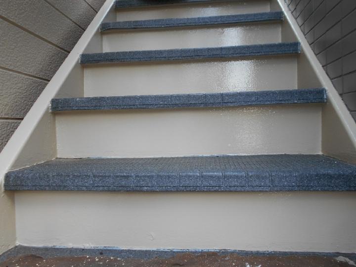 階段塗装後のお写真です。ステップ部分も塩ビシートの貼り替えを行っています。