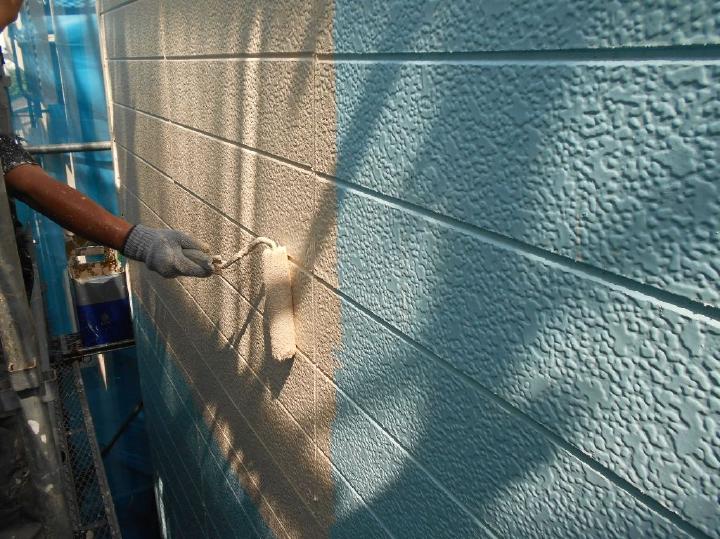 洗浄と下地処理後に外壁の下塗り塗装より行っていきます。