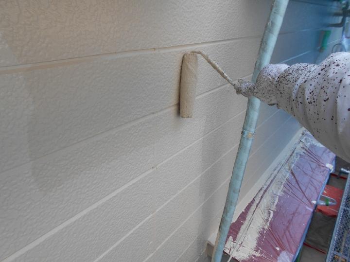 次に中塗りへと移っていきます。中塗りは、上塗り後の塗膜の仕上がりや美観を左右する大事な作業工程です。