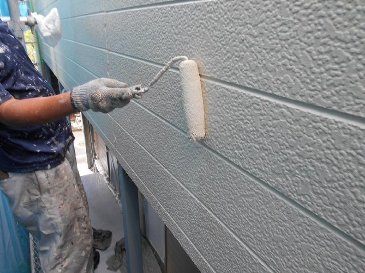 最後に熟練された職人による上塗り作業が行われていきます。仕上がりを決める工程を、ひと塗りひと塗り丹精込めて塗装がされていきます。