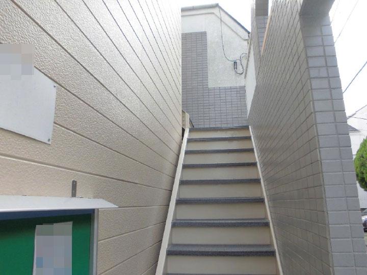 二階へと上がる階段もこの通り、ピカピカで新築のアパートのようになっております。