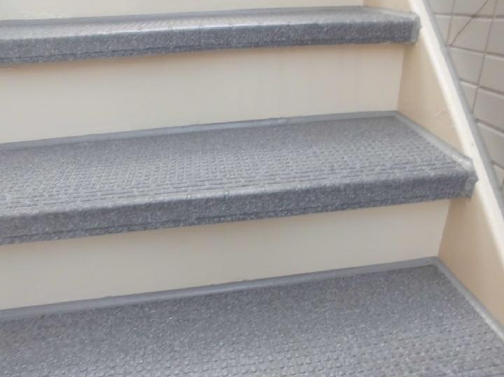施工前はボロボロに腐食が進んでいた階段は、塗装に加えて塩ビシートの貼り替えによってここまできれいになっております。