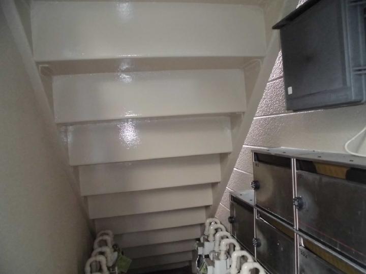 雨水の浸水から鉄骨の腐食が起きていた階段下は、念入りな補修と塗装により光り輝いております。