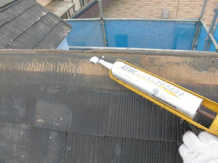 棟包鉄板内部の劣化部分はていねいに補修を行っていきます。