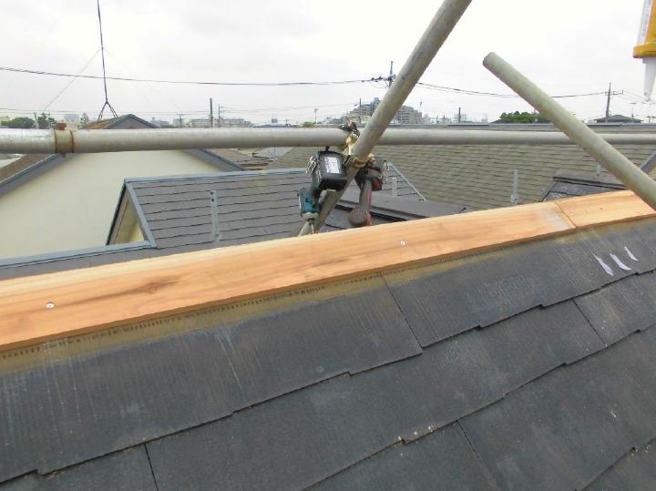 補修を行ったうえで、棟の下地木材と棟板金を取り付けていきます。