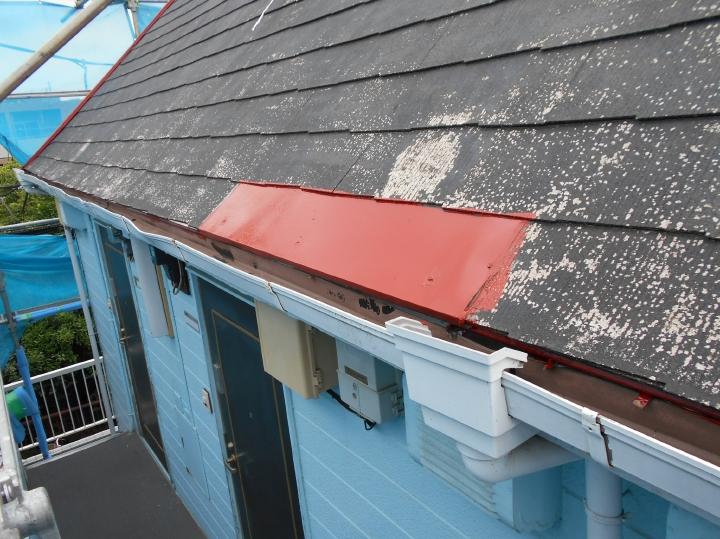 スレート屋根材が破損している箇所も補修を行ったうえで錆止めが塗布されました。