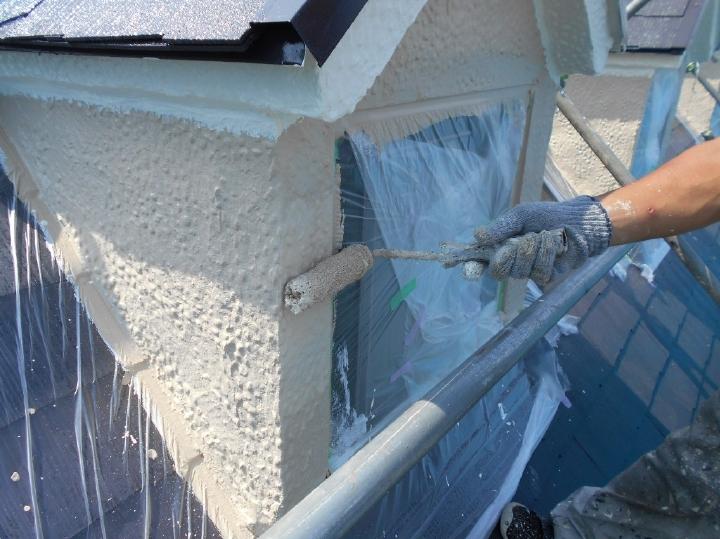 高所の外壁はこの段階で塗装が行われます。目につかない箇所でも一切の妥協をすることなく塗装されていきます。
