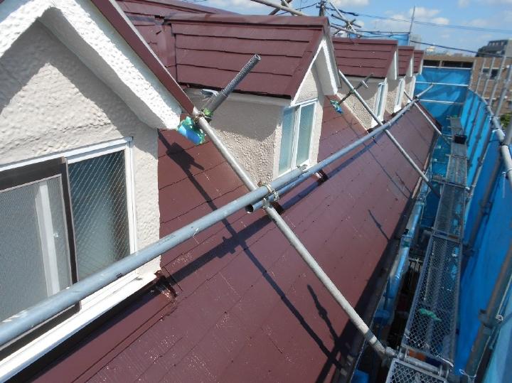 上塗りが完了し、屋根の塗装が完成となります。落ち着いた色味で全体が引き締まって見える素敵な屋根になりました。