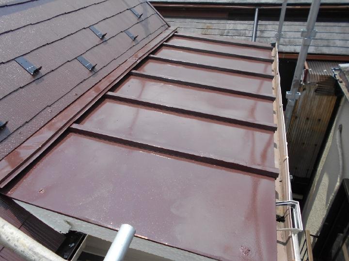 下屋の板金屋根も上塗り塗装が完了しました。大屋根には雪止めも取り付けを行っています。
