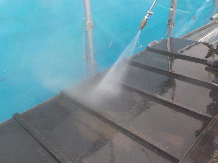 下屋の板金屋根も塗装を行いますので、同様に高圧洗浄を行いました。