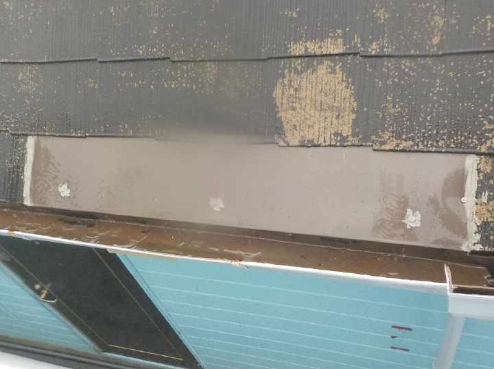 破損し欠落しているスレート屋根材は部分補修を行っております。