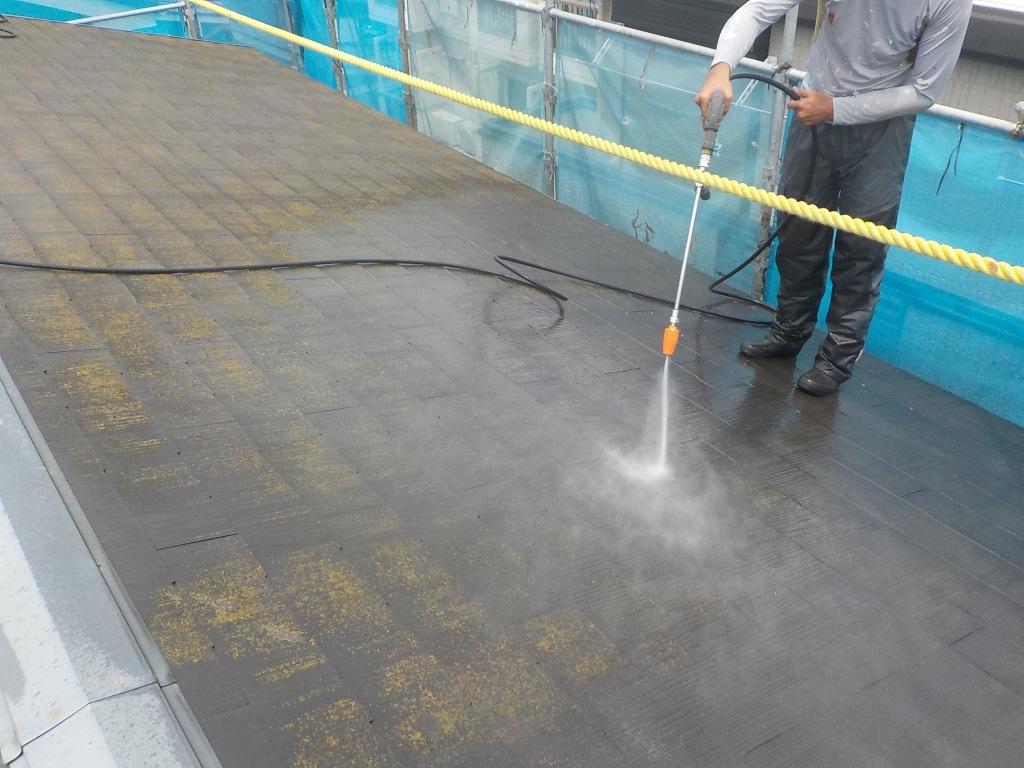 足場を仮設し、施工に移っていきます。周囲を入念にビニール養生したうえで、屋根の高圧洗浄を行っていきます。