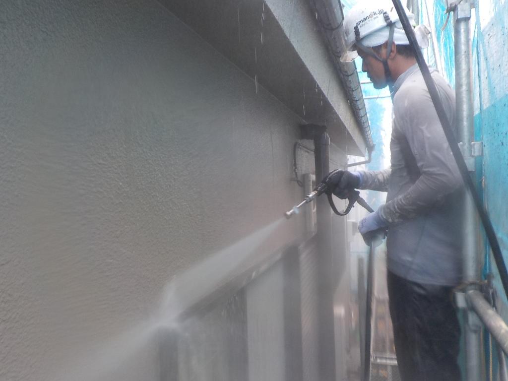 外壁も同様、入念に高圧洗浄を行います。高圧洗浄には汚れを落とすだけではなく、古い塗膜を取り除く意味合いが強いのです。