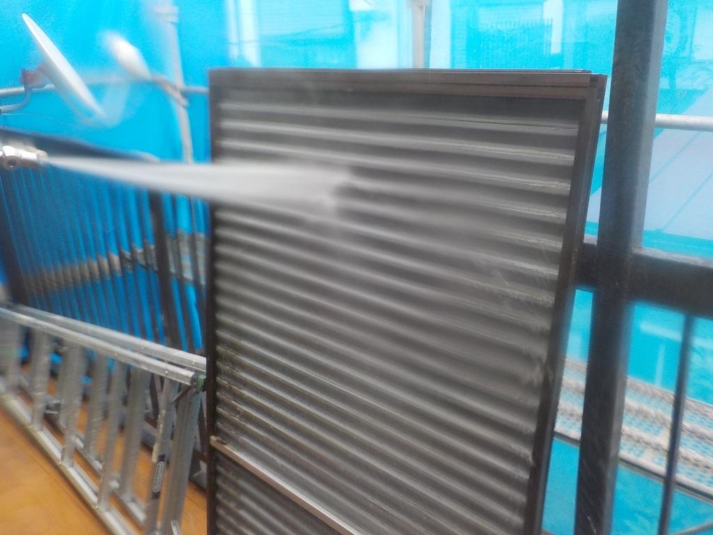 雨戸は裏側までていねいに洗浄を行い、隅々まで汚れを落としていきます。
