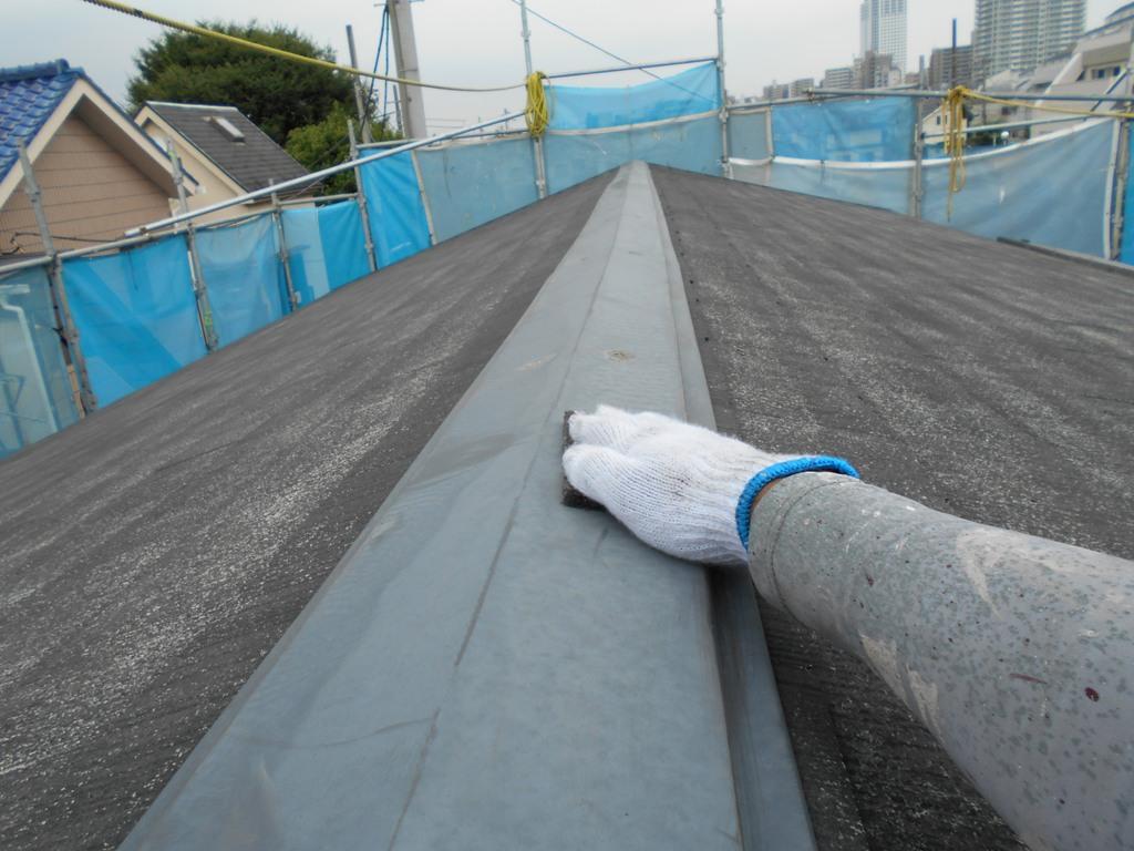 洗浄後は、屋根の棟部分にケレンかけと呼ばれる下地処理を施していきます。