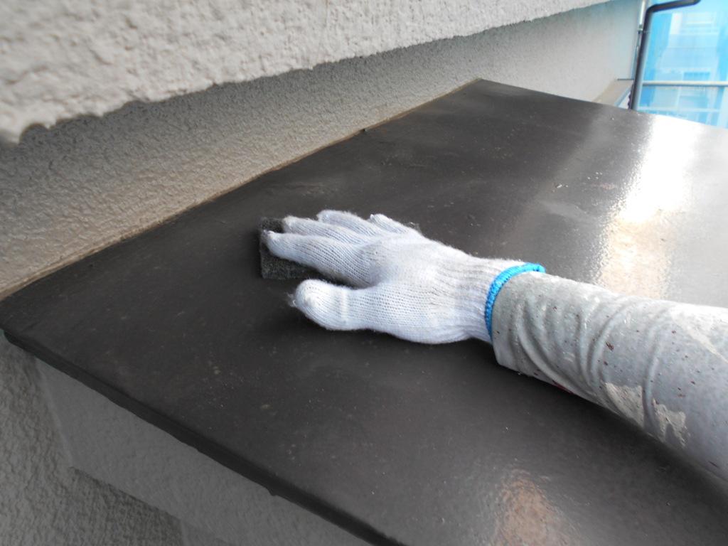 ケレンとは、主に鉄部をヤスリで擦り、汚れやサビを落としたうえで新しい塗料の付着をよくする作業のことを指します。足場仮設後にはビニールで養生したうえで、高圧洗浄にてていねいに汚れを落としていきます。