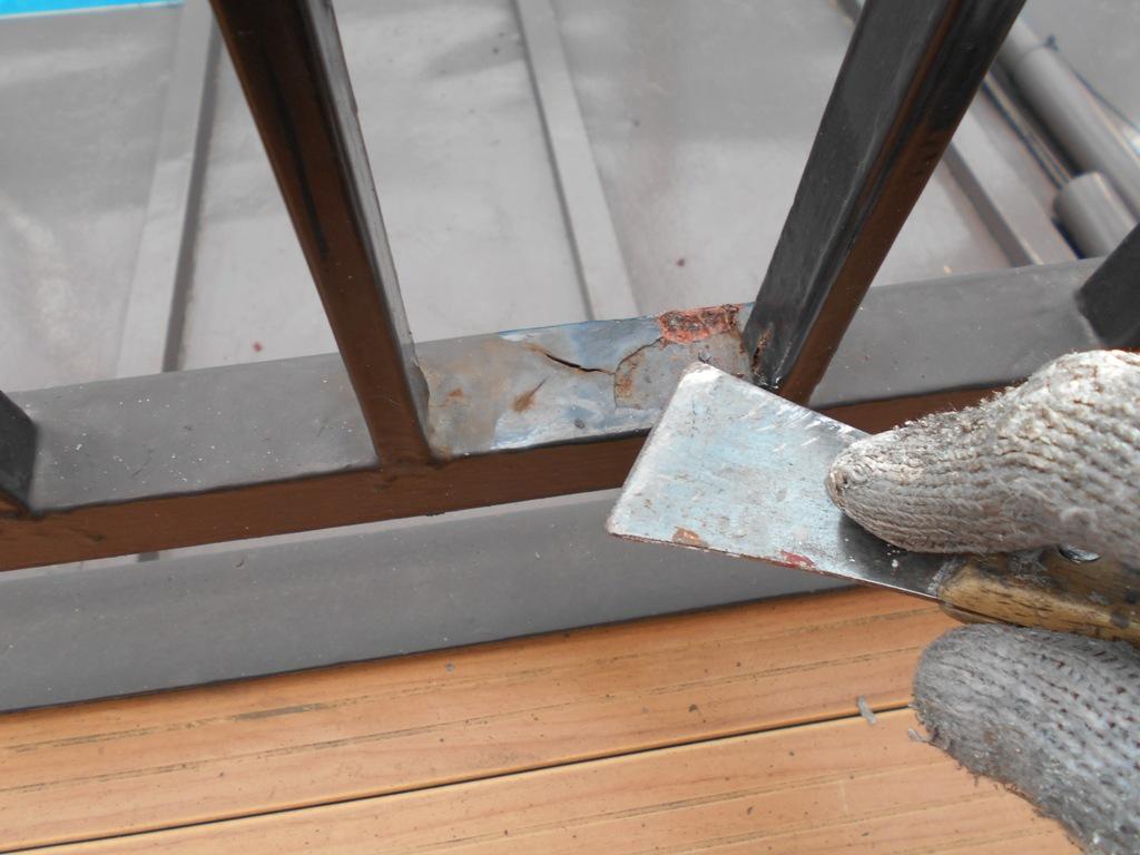 一般的に鉄部は塗料の付着が悪いため、こうしたケレンかけをしっかり行わないまま塗装すると、塗料の付着が悪いため2~3年といった短期間で塗装の剥がれが起きてしまうことがあります。