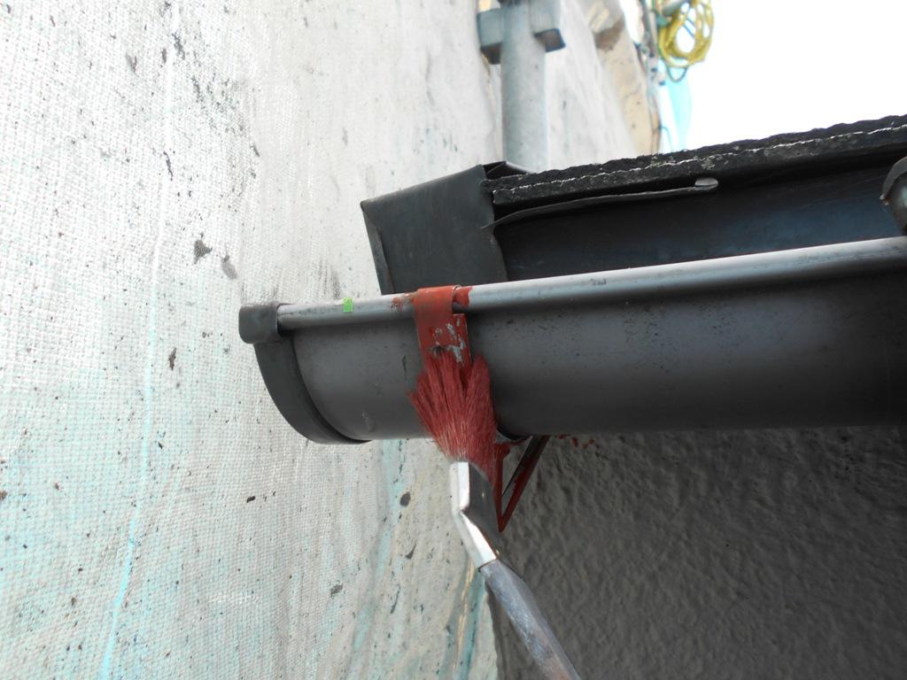 鉄部へのケレンかけ後にはサビ止めを塗布していきます。