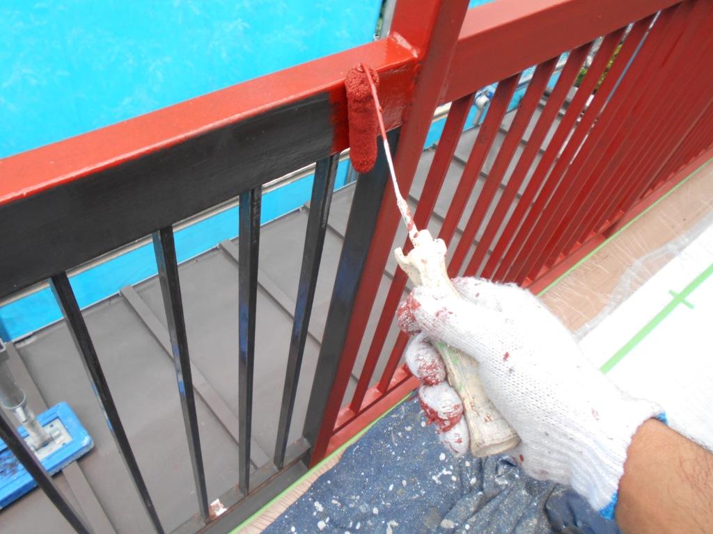 手すり部分もていねいに、ひと塗りひと塗りサビ止めを施していきます。