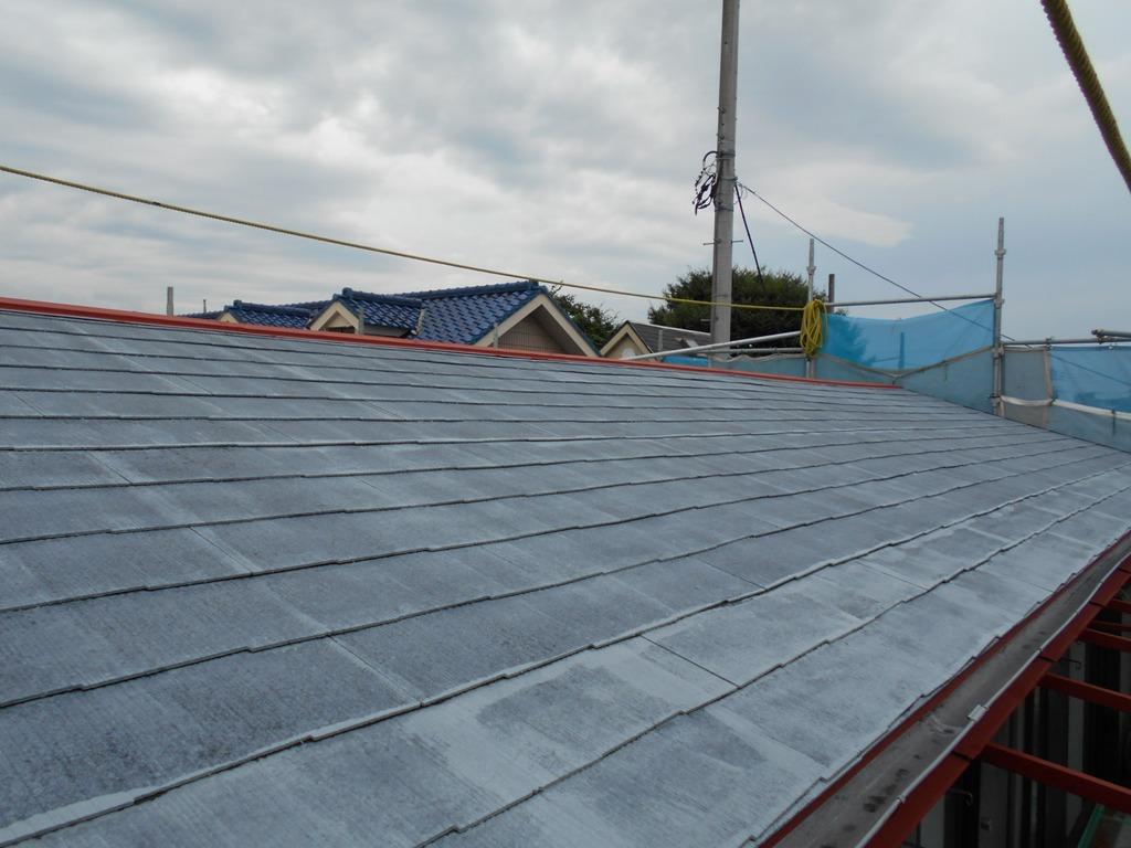 スレート屋根は今回が初メンテナンスのため、下塗り塗料の吸い込みが著しかったので、下塗りを2回、上塗りを2回の計4回塗りで仕上げていきます。