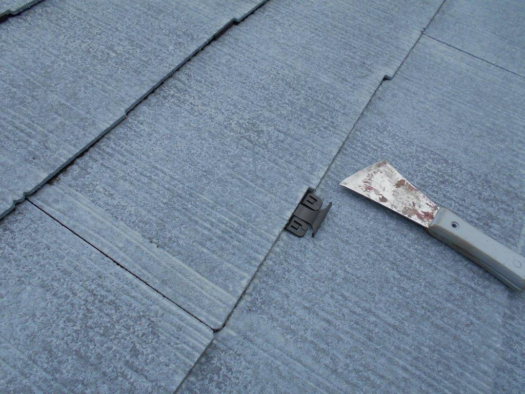 下塗り後には、屋根材同士の間に隙間を敢えて作ることで雨水の排出をさせるタスペーサーと呼ばれる縁切り部材を差し入れていきます。