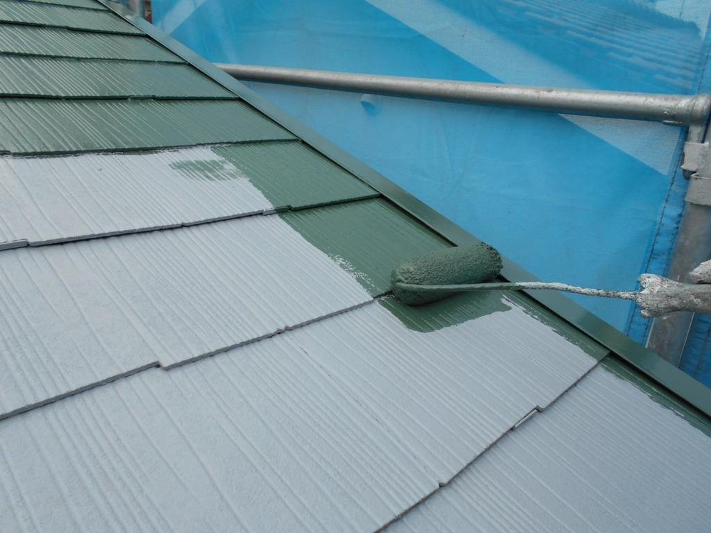 スーパーシャネツサーモFを使用して、屋根の上塗り1回目を行っていきます。