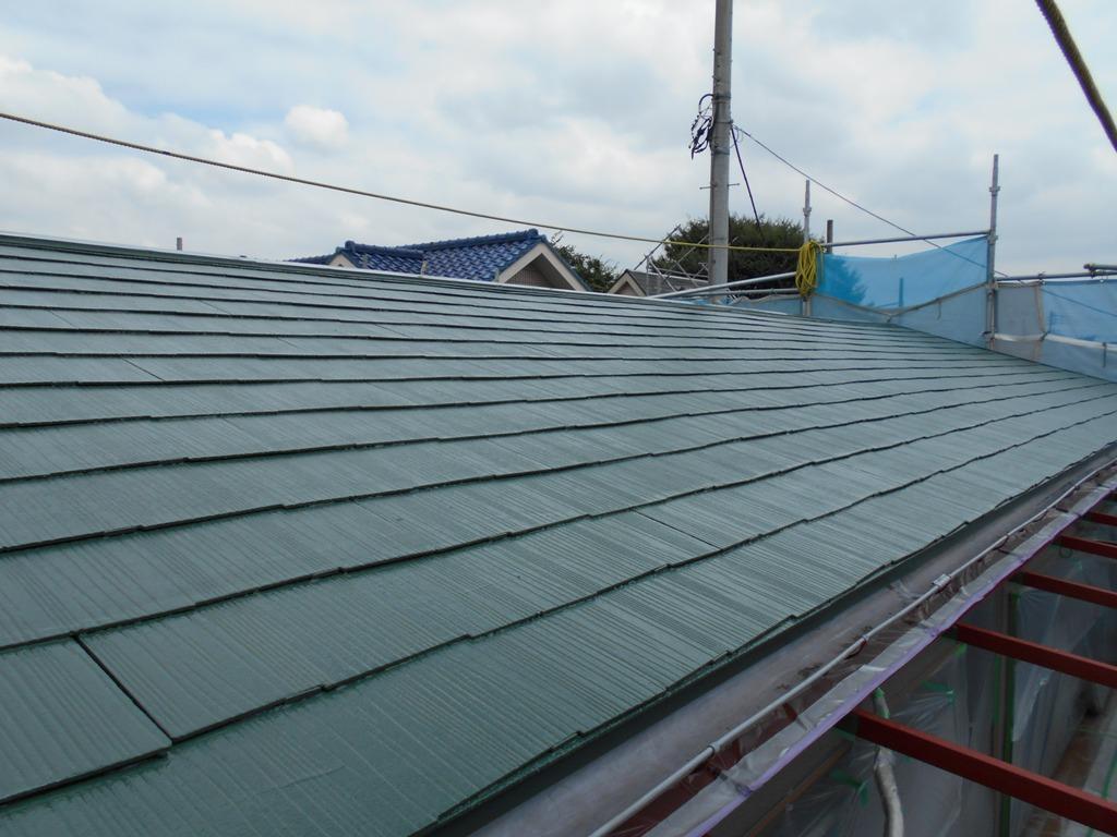 クールなグリーンによって、屋根全体のイメージが締まって見えます。