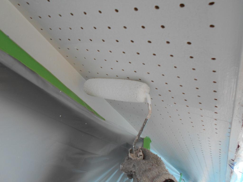 目立たない軒天も清潔感のある真っ白へ塗り替えていきます。