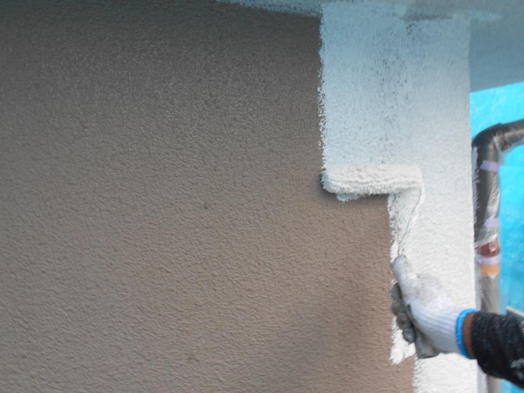 外壁の下塗り工程を行っているお写真です。