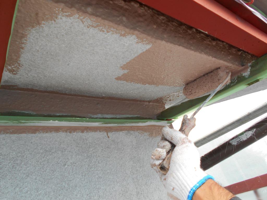 下塗り材と色味を変えることで、塗り漏らしがないように管理ができます。